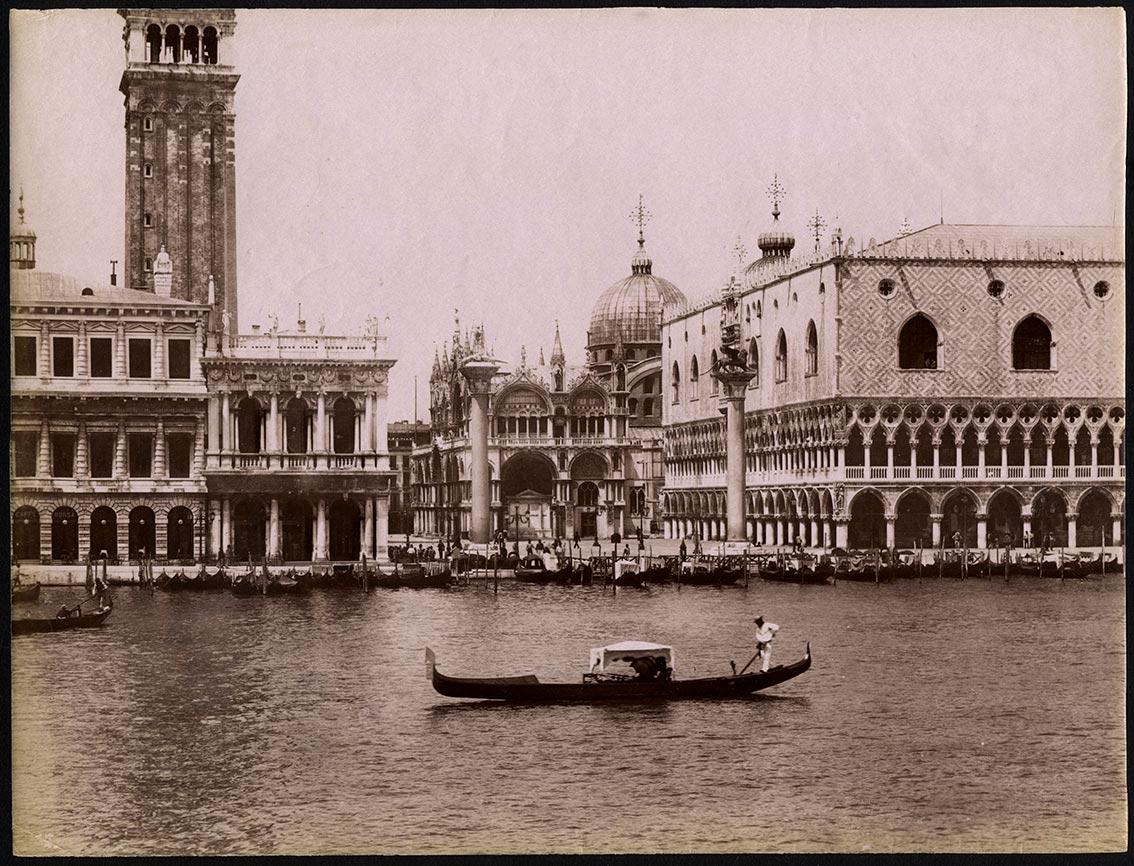 Giorgio Sommer photographie ancienne vintage Vue de Venise - Gondole amarree a quai devant le pont du Rialto