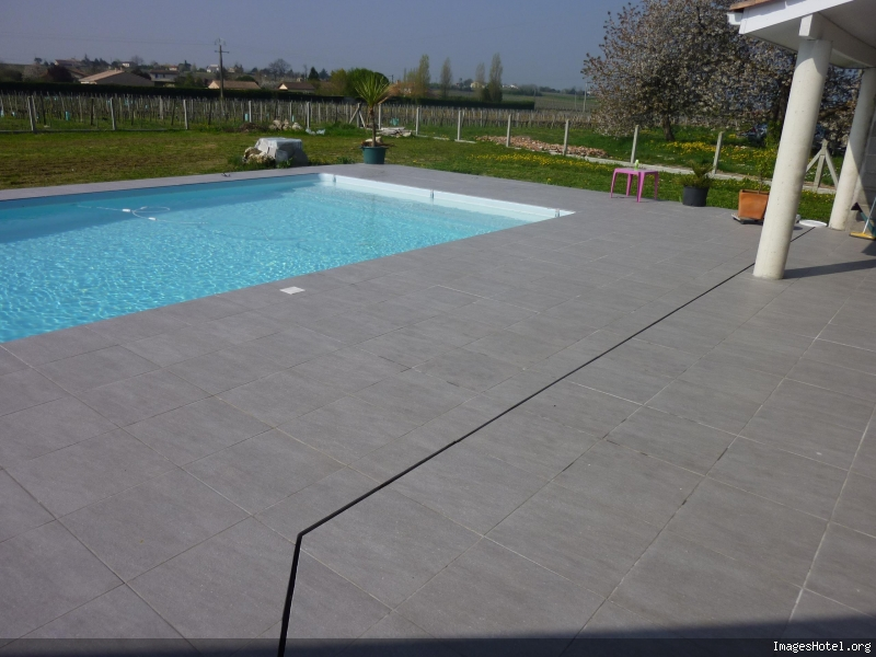 Terrasse carrelage gris imitation parquet anthracite for Carrelage piscine exterieure